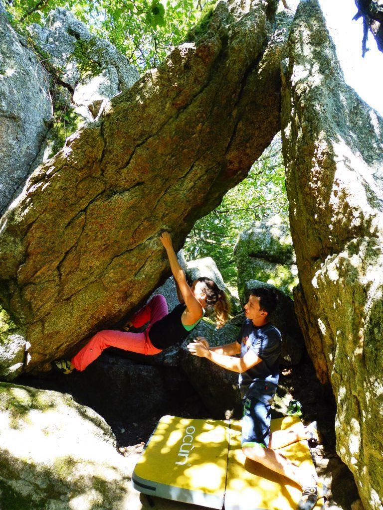 de l'escalade bloc en nature à Lyon dans les Monts du Lyonnais